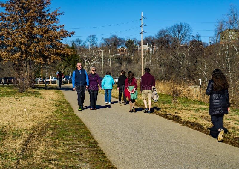 Camminatori, corridori, pareggiatori e motociclisti di primo mattino sul Greenway del fiume di Roanoke immagine stock libera da diritti