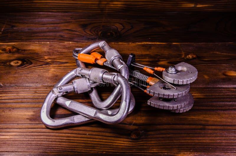 Camming przyrządów carabines dla rockowego pięcia na drewnianym i przyjaciel obraz royalty free