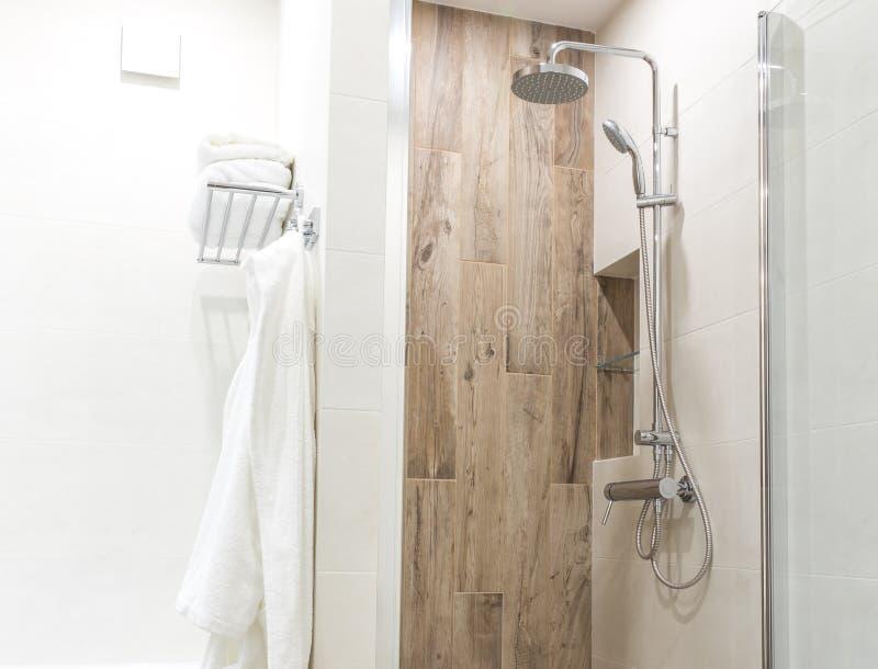Cammini in doccia in bagno con le mattonelle di legno di stile immagine stock libera da diritti