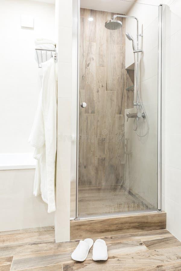 Cammini in doccia in bagno con le mattonelle di legno di stile fotografia stock libera da diritti