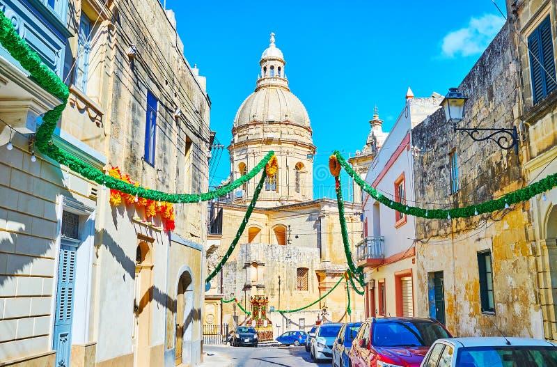 Cammini la via decorata di Siggiewi, Malta fotografie stock libere da diritti