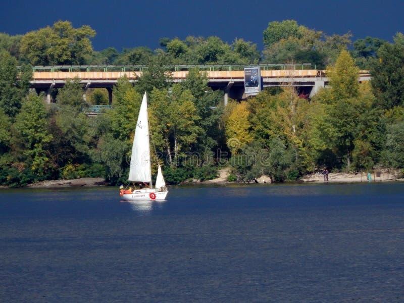 cammini lungo le banche della vista del fiume di Dnieper della barca a vela di galleggiamento fotografia stock libera da diritti