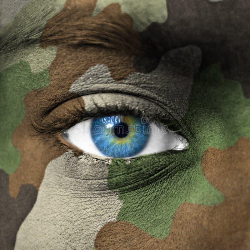 Cammuffamento dell'esercito su viso umano immagini stock
