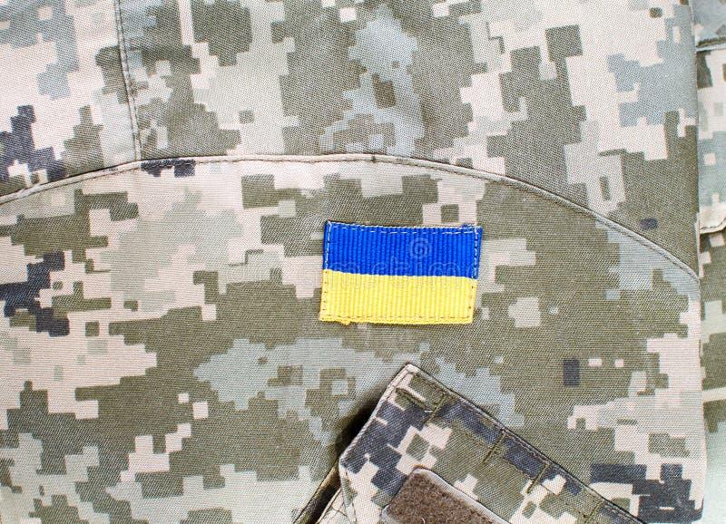 Cammuffamento digitale militare ucraino con la toppa della bandiera immagine stock