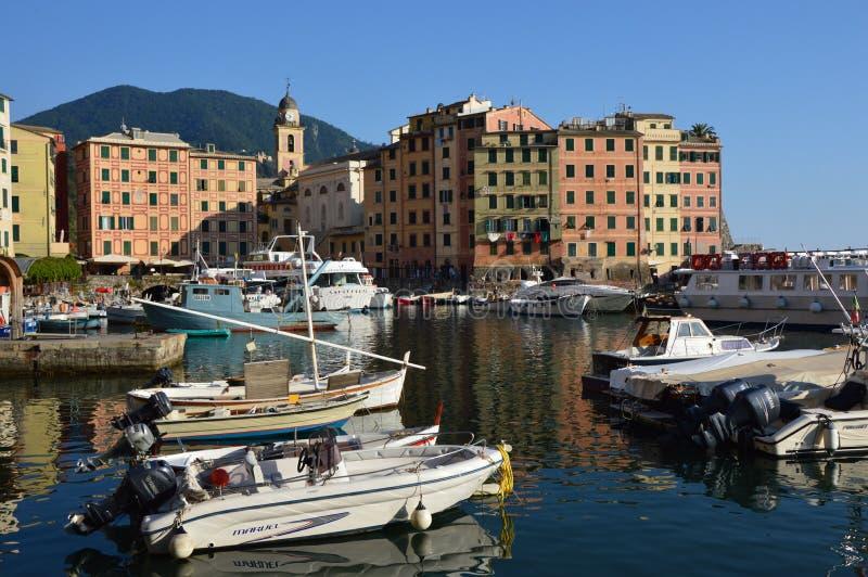 CAMOGLI, ITALIA - 13 GIUGNO 2017: Il porto di Camogli con le case variopinte e le barche ha attraccato, Camogli, Liguria, Italia immagini stock libere da diritti