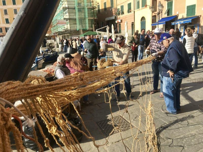 CAMOGLI, ITALIEN, AM 23. MÄRZ 2019 - alte Fischer gründen das Fischernetz für das tonnarella stockfoto