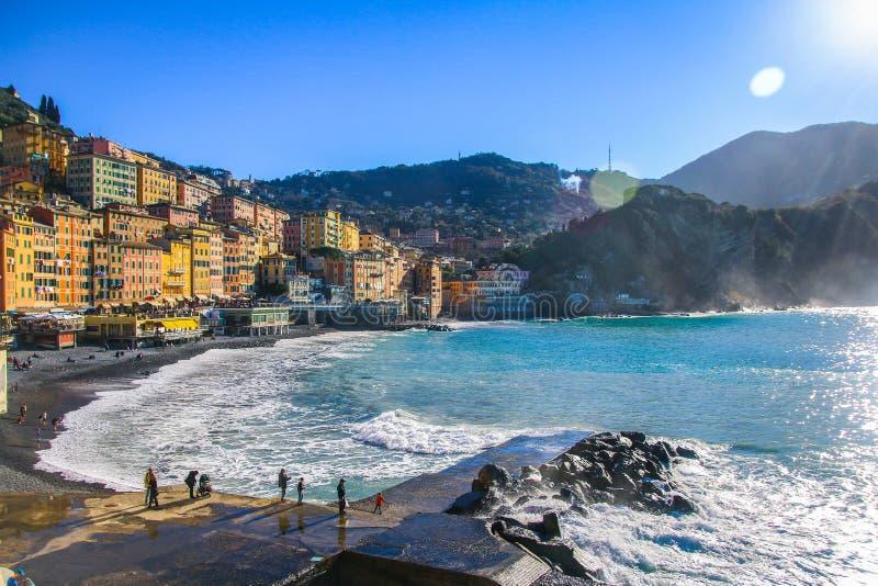 Camogli - Mensen die op het strand bij de Middellandse Zee ontspannen royalty-vrije stock afbeelding