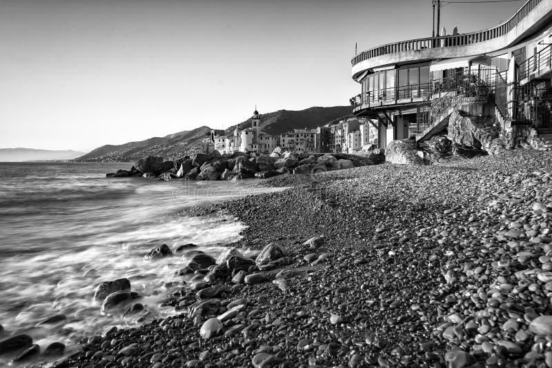 Camogli, plage célèbre avec l'église à l'arrière-plan photo stock