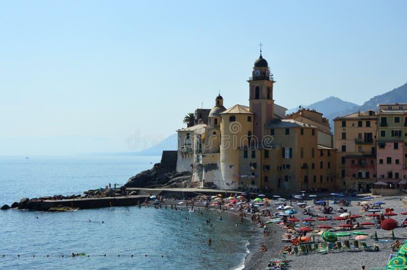 CAMOGLI WŁOCHY, CZERWIEC, - 13, 2017: turyści na plaży z bazyliką Santa Maria Assunta na tle, Camogli, Liguria zdjęcie royalty free