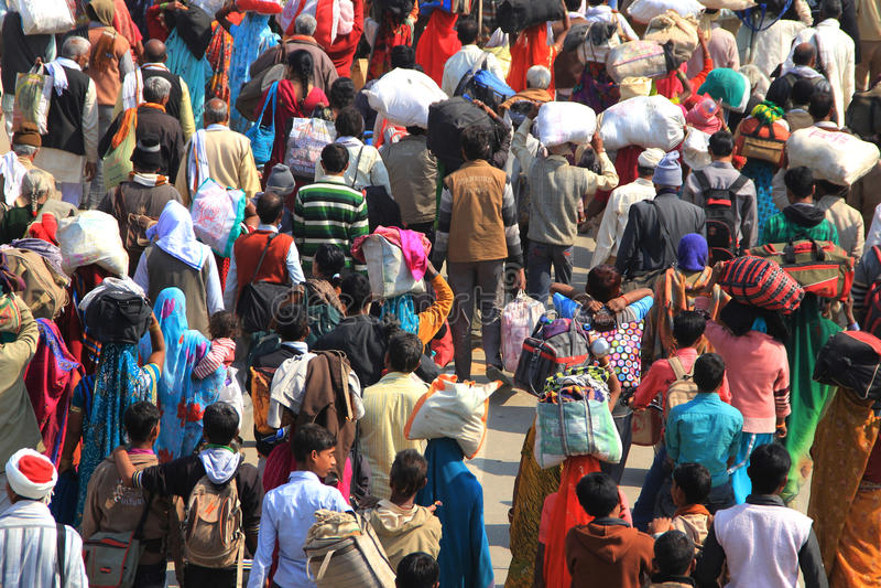 Camp énorme de foule à l'au sol de Kumbh Mela images stock