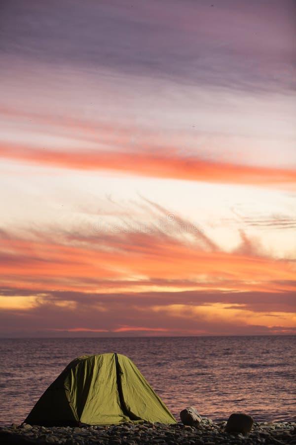 Camp au coucher du soleil image stock