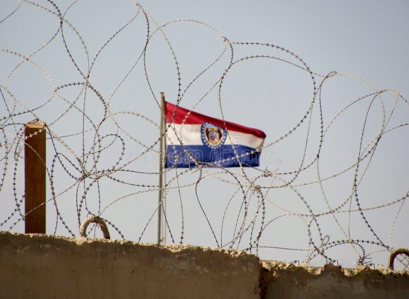 Camp Cropper Wand der Irak mit Missouri-Flagge im hinteren Boden lizenzfreie stockbilder