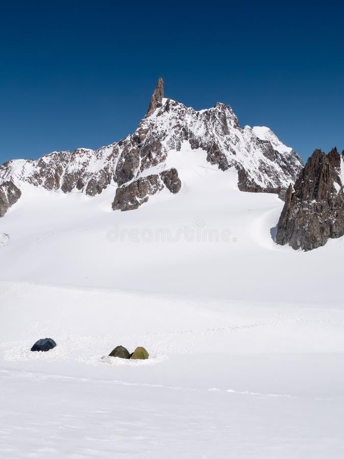 Camp de base de montagne : les tentes d'un groupe d'alpinistes qui AI images stock