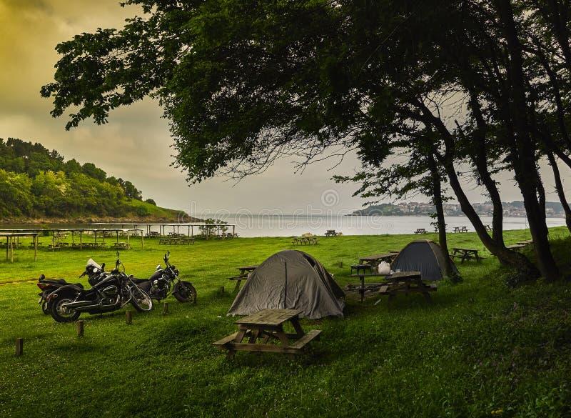 Camp de tente de moto - Kerpe, Kocaeli, Turquie image libre de droits