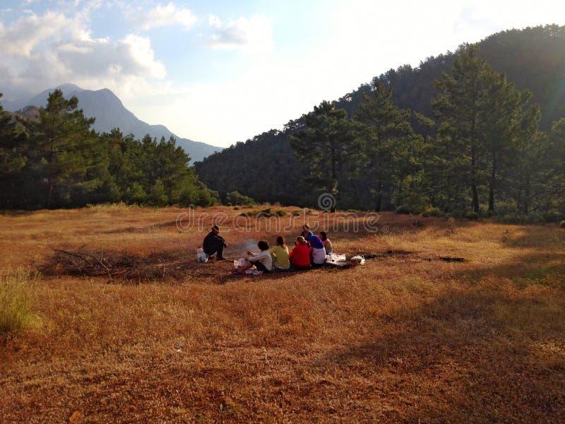 Camp de touristes avec les tentes et le feu image stock