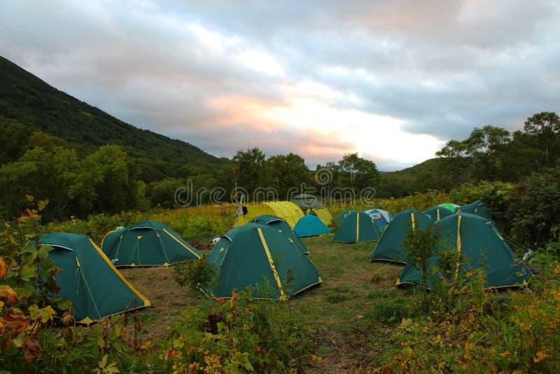 Camp de touristes pendant le début de la matinée photo stock