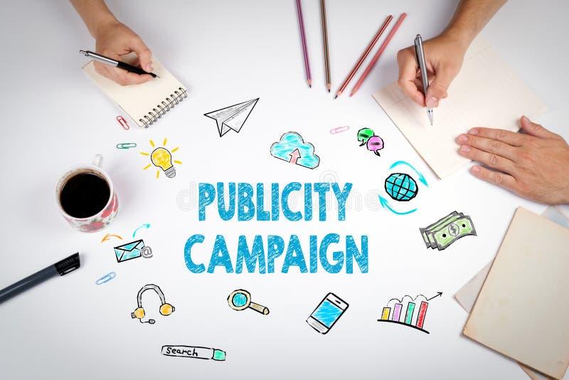 Campaña publicitaria La reunión en la tabla blanca de la oficina imágenes de archivo libres de regalías