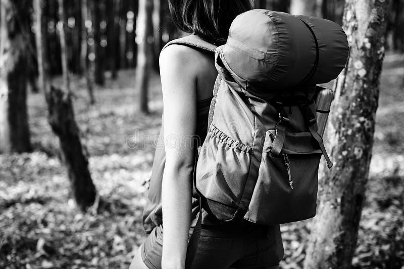 Campa begrepp för ferie för kvinnaBackpakcer fritid arkivfoto
