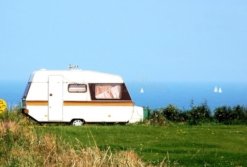 Campa bil på stranden royaltyfri fotografi