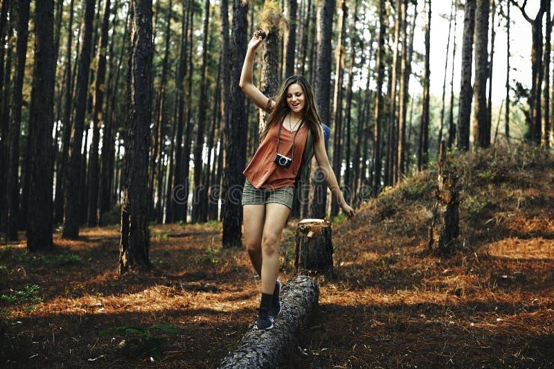 Campa för fritidferie för kvinna roligt begrepp arkivbilder