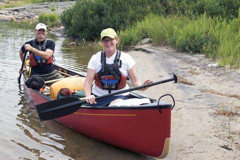 Campa för kanot arkivbild