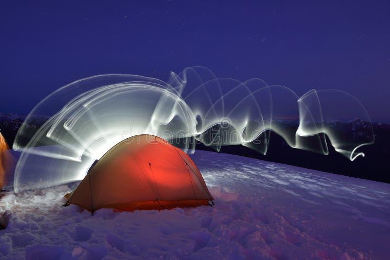 Campa för snö och ljus målning på Seymour Mountain royaltyfri fotografi