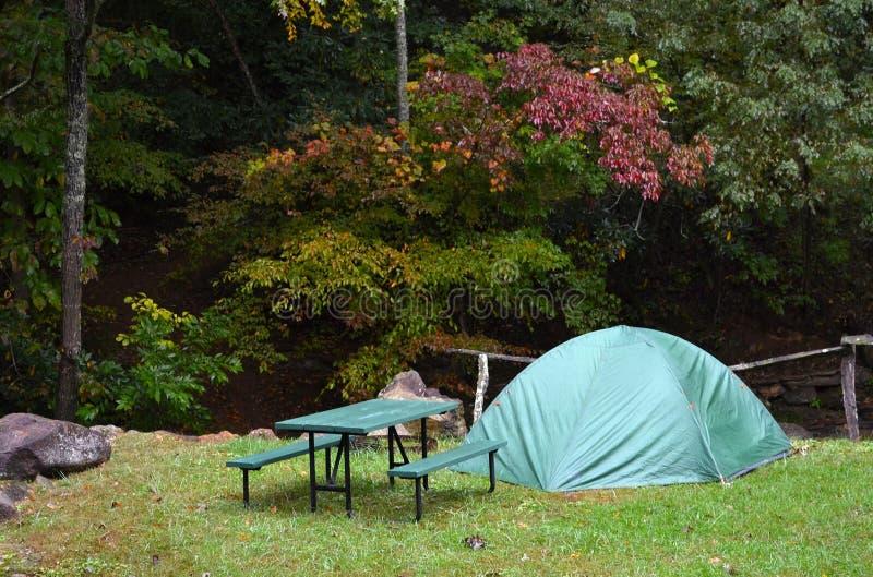 Campa--Green Dome tält, trevlig location-2 arkivfoton