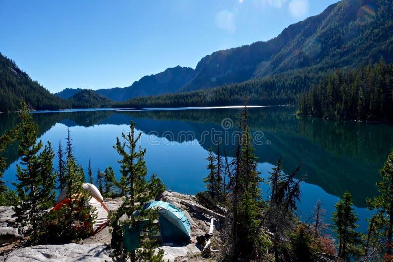 Campa i berg vid sjön arkivfoton