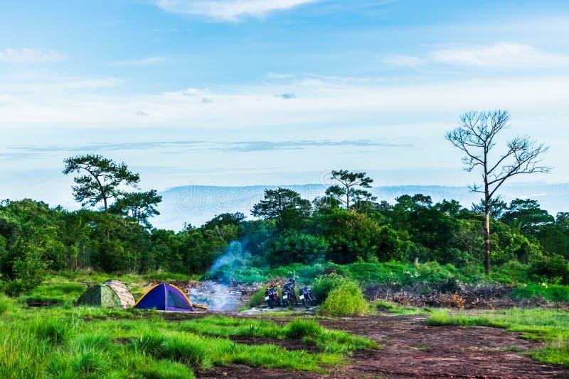 Campa i den tropiska skogen, motorcykel som turnerar på den Phu Hin Rong Kla nationalparken Phitsanulok landskap, Thailand motorc arkivfoto