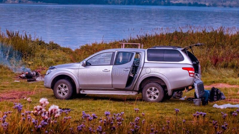 Campa med bilen fotografering för bildbyråer
