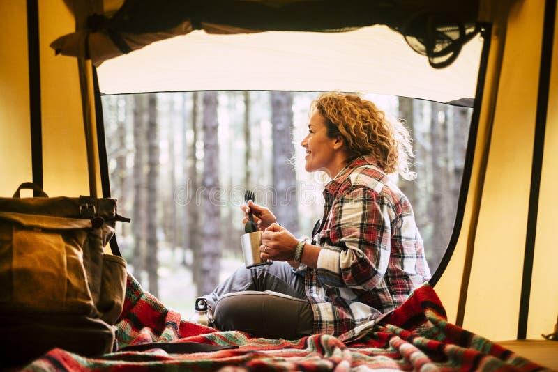Campa med för loppsemester för tält och för affärsföretag alternativt begrepp med gladlynt folk - härligt vuxet blont leende och  arkivfoto