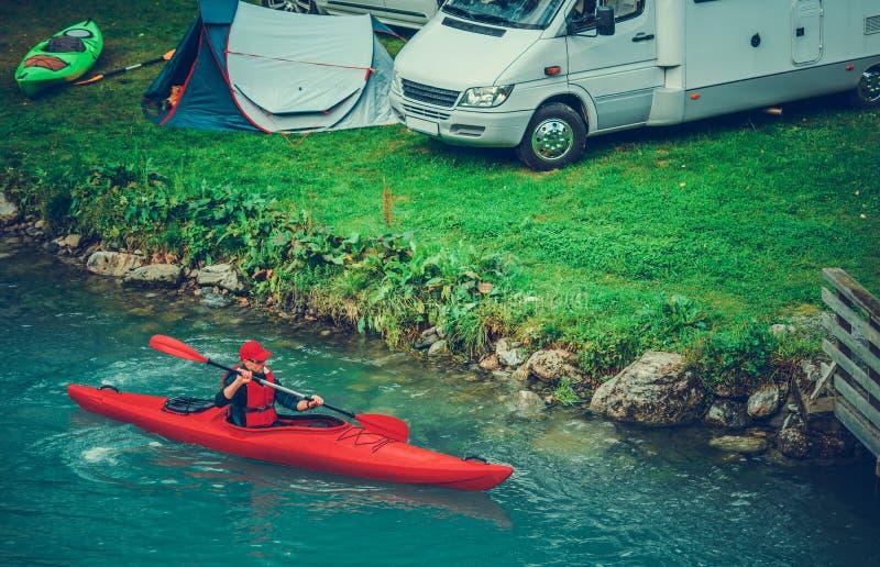 Campa med Kayaking arkivbilder