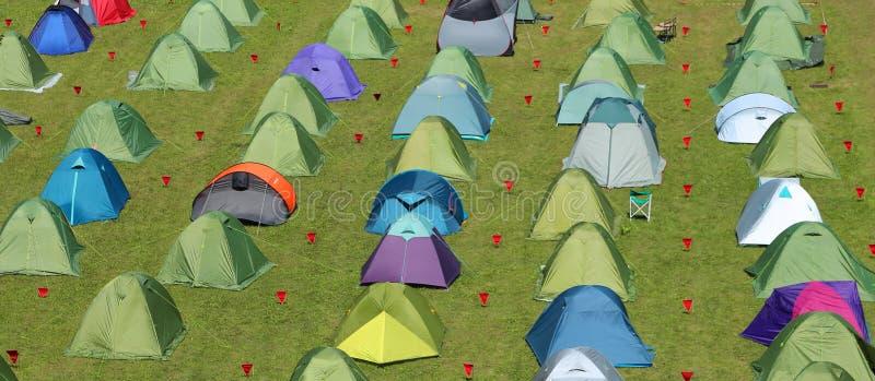 Campingplats Med Många Tält Och Skydd För Folk Arkivfoto