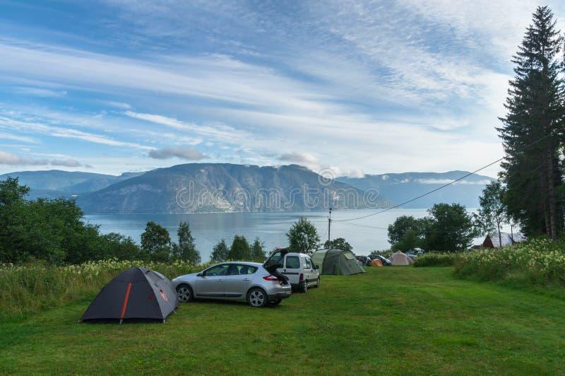 Campa område för fjord med bilar och tält royaltyfria foton