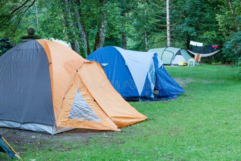 Campa område med tält arkivbild