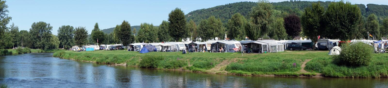Campa på floden royaltyfria bilder