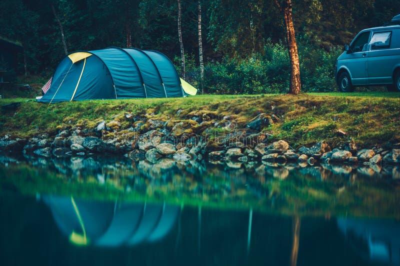 Campa på Glaciar sjön arkivfoto