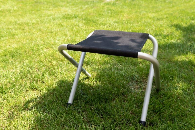 Campa stol på grönt gräs, slut upp arkivbild