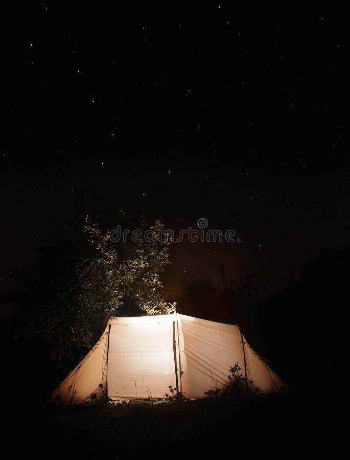 Campa tält för natt på den mörka himmelstjärnabakgrunden. Ursa Major royaltyfri foto
