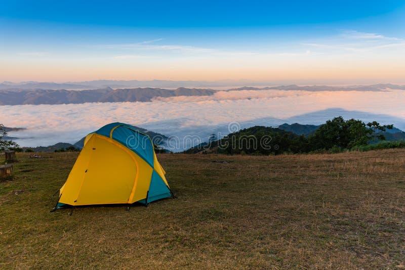 Campa tält på berget arkivfoton