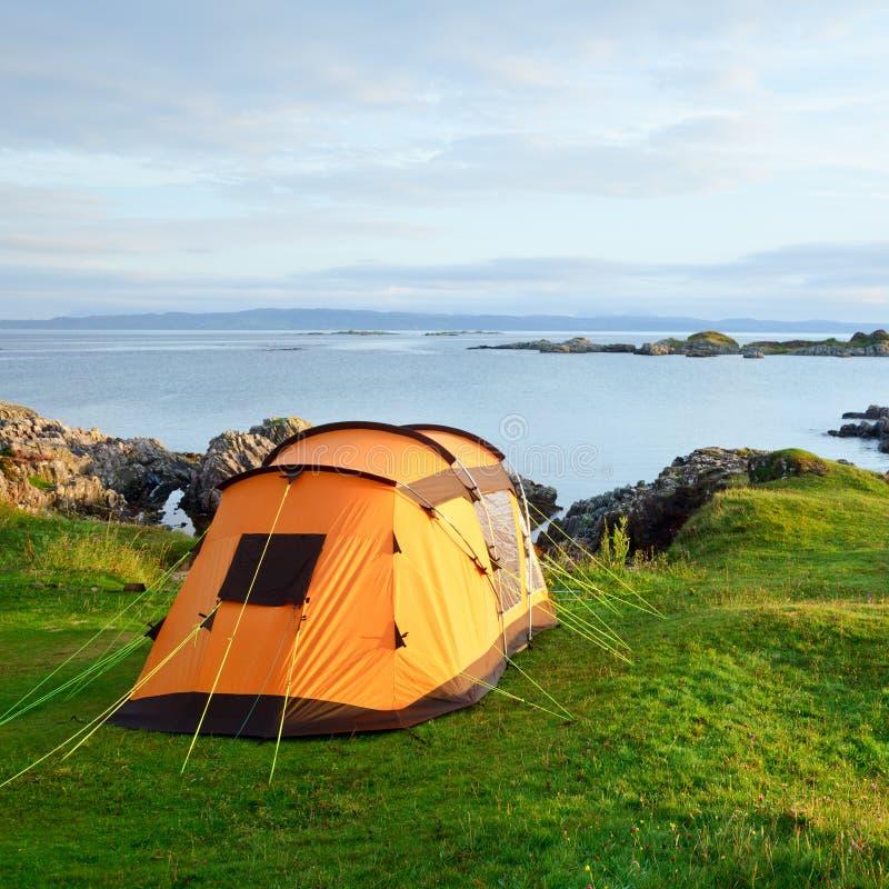 Campa tent på havkust royaltyfri foto