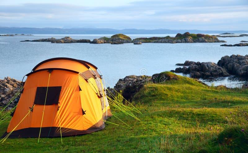 Campa tent på havkust arkivfoto