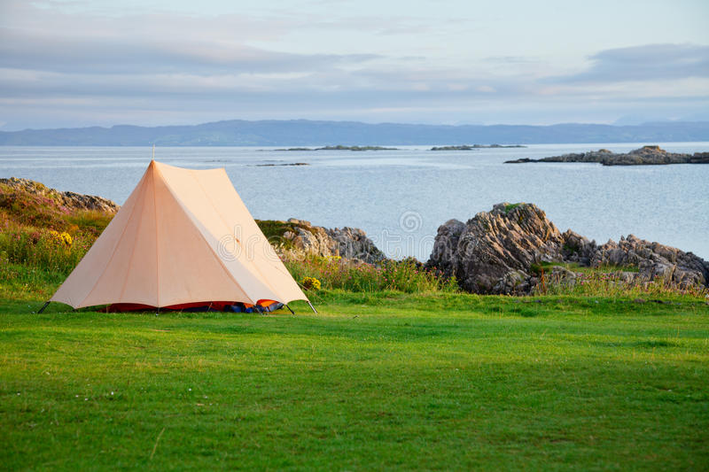 Download Campa tent på havkust arkivfoto. Bild av rock, overnight - 27287522