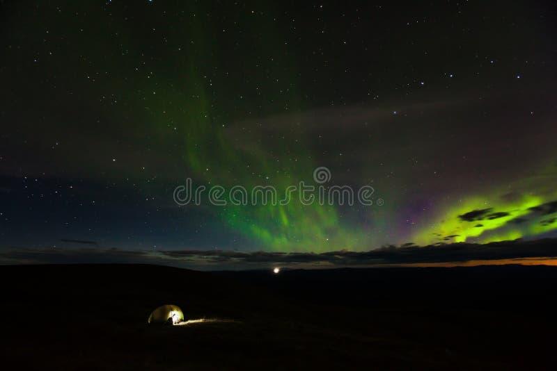Campa under Aurora Borealis nära denYukon gränsövergången royaltyfria foton