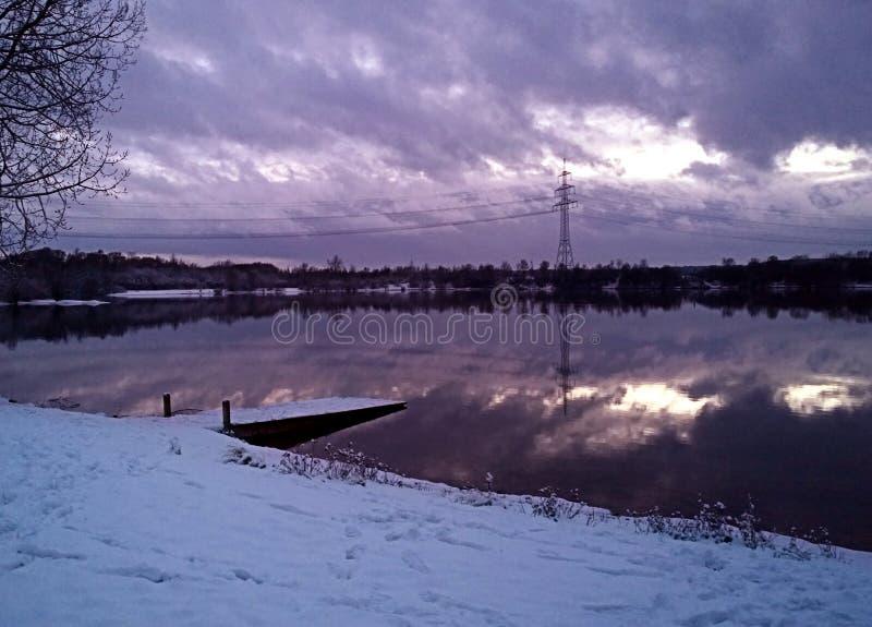 Campagna bavarese, paesaggio di inverno - lago di Eching da vicino fotografia stock libera da diritti