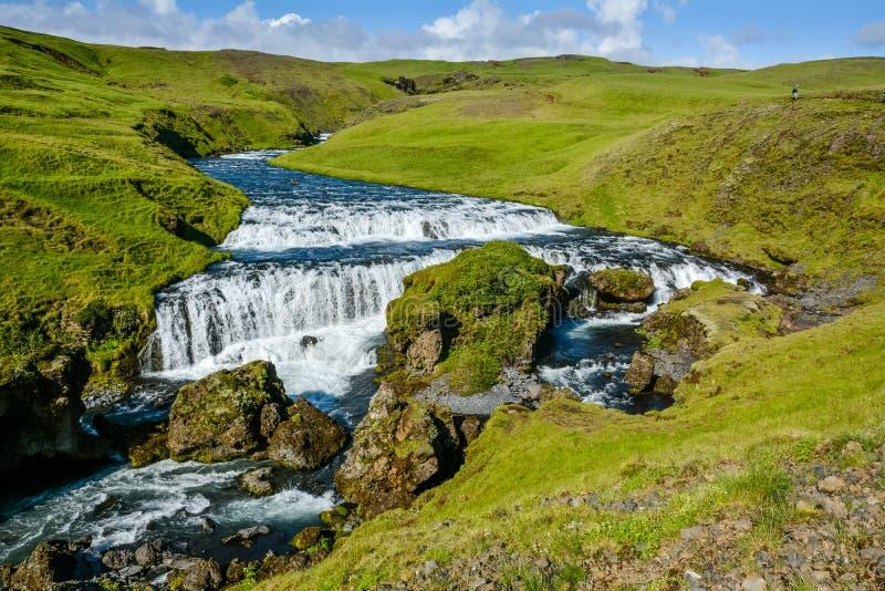 Campagna con la traccia vicino alla cascata famosa di Skogafoss, Islanda immagini stock libere da diritti