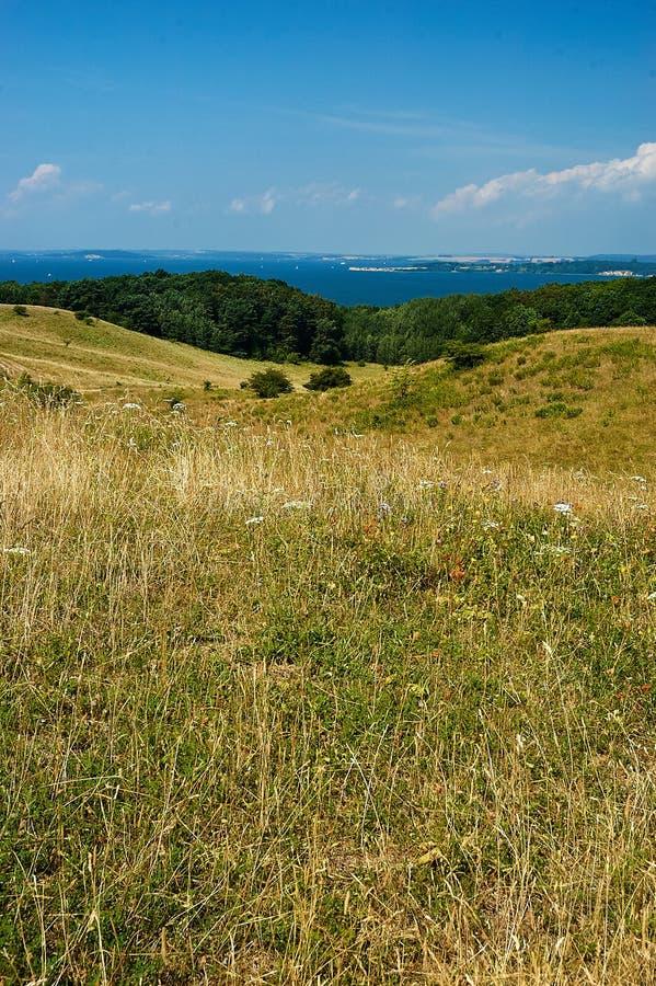 campagna con le colline di estate immagine stock libera da diritti