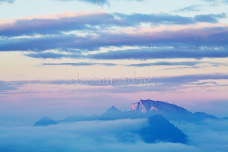 Campagna di rotolamento luminosa alla luce uguagliante Giorno pittoresco e scena splendida nel tempo di primavera Montagne carpat immagini stock
