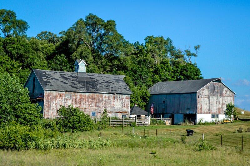 Campagna rustica di legno di Wisconsin di due granai fotografie stock