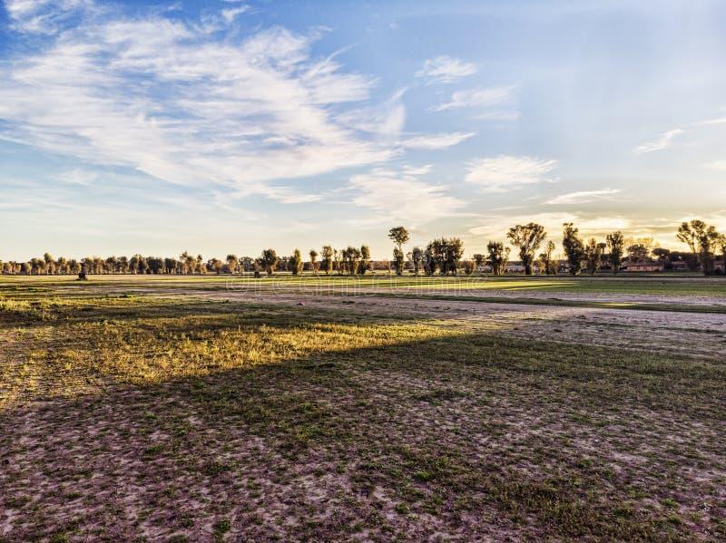 Campagna sopra i campi coltivati e cielo blu con le nuvole fotografie stock libere da diritti